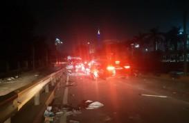 Polisi Andalkan Gas Air Mata Bubarkan Massa Jelang Tengah Malam