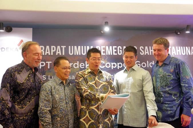 Presiden Direktur PT Merdeka Copper Gold Tbk (MDKA) Tri Boewono (tengah) berbincang dengan Wakil Presiden Direktur Richard Bruce Ness (kiri), Direktur Independen Chrisanthus Supriyo (kedua kiri), Direktur Michael W.P. Soeryadjaya (kedua kanan) dan Direktur David Thomas Fowler (kanan), usai Rapat Umum Pemegang Saham Tahunan, di Jakarta, Selasa(18/6/2019). - Bisnis/Abdullah Azzam