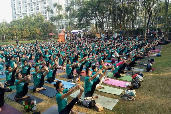 Ratusan peserta Yoga In The Park dengan bimbingan instruktur dari Celebrity Fitness dan Fitness First berlatih bersama di Scientia Square Park, Tangerang, Minggu (29/9/2019) pagi. - Bisnis/Dionisio Damara