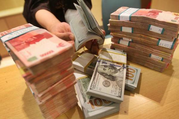 Karyawan menghitung lembaran uang rupiah dan dolar. - JIBI/Endang Muchtar