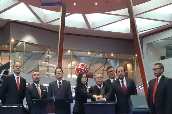 Jajaran Direksi PNM Investment Management memencet opening bell pembukaan perdagangan bursa efek setelah resmi mencatatkan produk ETF pertamanya Reksa Dana PNM ETF Core LQ45 di Bursa Efek Indonesia, Senin (30/9/2019). - Bisnis/Dwi Nicken Tari