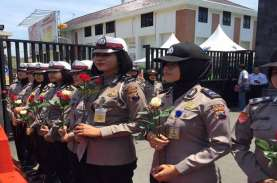 Polwan Bawa Bunga Mawar Merah Jaga Demo Mahasiswa…