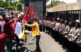 Polwan di Semarang Bagikan Bunga untuk Mahasiswa Berdemo