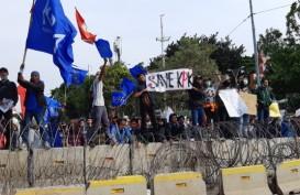 Ribuan Massa Aksi Tertahan Barikade Kawat dan Aparat Gabungan