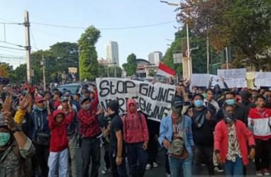 Demonstran di Palmerah Mulai Lempari Polisi dengan Botol Air Mineral