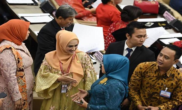 Penyanyi Mulan Jameela (kedua kiri) berbincang dengan sejawatnya saat akan mengikuti pelantikan Dewan Perwakilan Rakyat (DPR) periode 2019-2024 di Ruang Rapat Paripurna, Kompleks Parlemen, Senayan, Jakarta, Selasa (1/10/2019). Sebanyak 575 anggota DPR terpilih dan 136 orang anggota DPD terpilih diambil sumpahnya pada pelantikan tersebut. - Antara