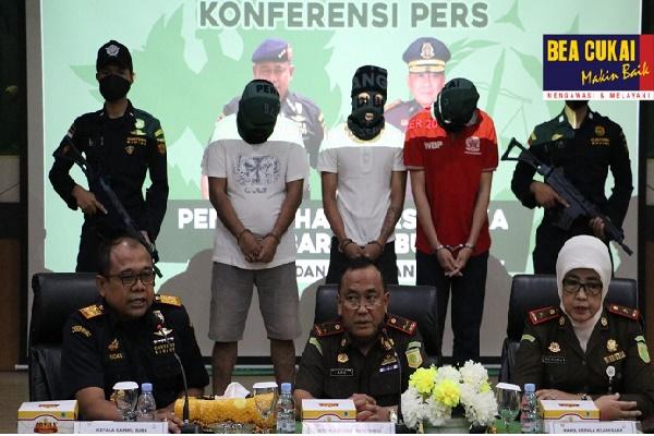 Bea Cukai Gerebek Rumah Produksi Miras Ilegal di Banjarmasin