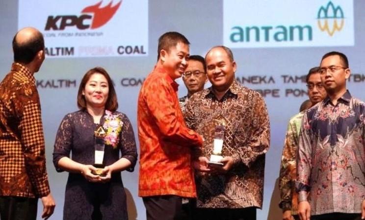 COO PT Kaltim Prima Coal Muhammad Rudy menerima penghargaan Pengelolaan Perlindungan Lingkungan Batubara dari Menteri Energi Sumber Daya Mineral (ESDM) Ignasius Jonan dan Wakil Menteri ESDM Arcandra Tahar dalam acara Subroto Award 2019 di Djakarta Theatre, Jakarta, Jumat (27/9/2019). - Istimewa