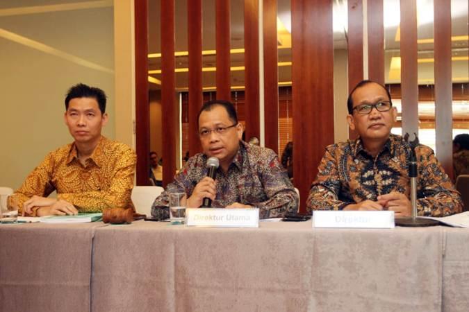 Presiden Direktur PT Cita Mineral Investindo Tbk Harry KesumaTanoto (tengah) didampingi Deputy Finance PT Well Harvest Winning Alumina Refinery Hidayat Sugiarto (kiri), dan Direktur Yusak Lumba Pardede, menjawab pertanyaan wartawan, usai RUPS di Jakarta, Kamis (27/6/2019). - Bisnis/Endang Muchtar