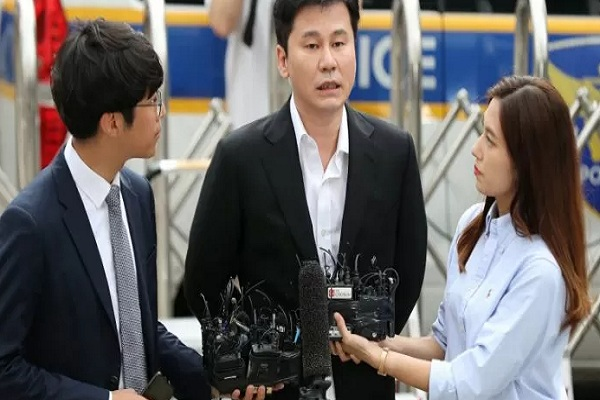 Yang Hyun-suk pendiri YG Entertainment di Seoul Metropolitan Police Agency. - Reuters