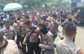Demo Buruh Bubar, Puluhan Aparat Joget Gembira