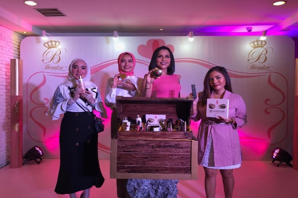 Dari kiri :  Artis Devita Rusdy, Febrinna Soemaedhi, Melaney Richardo dan Rachel Goddard memperkenalkan produk kecantikan Beautra Cosmetics pada Grand Launching di Jakarta Rabu (2/10 - 2019). Beautra Cosmetics merupakan produk halal produksi lokal yang diproduksi oleh PT Cipta Ayu Sempurna