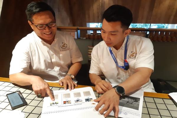 Direktur Utama PT Ginting Jaya Energi Tbk Jimmy Hidayat (dari kanan) berbincang dengan Corporate Secretary PT Ginting Jaya Energi Tbk Junes. - Bisnis - Dinda Wulandari