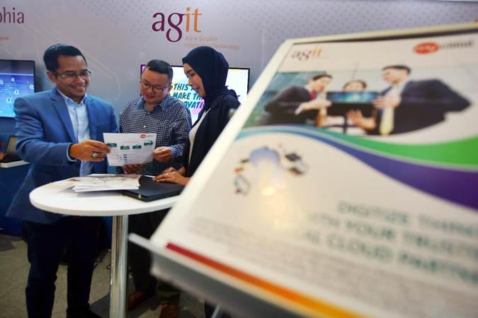 Direktur PT Astra Graphia Information Technology (AGIT) Widi Triwibowo (kiri) berbincang dengan konsumen di sela-sela acara AGIT Solution Day 2019, di Jakarta, Kamis (28/2/2019). - Bisnis/Abdullah Azzam