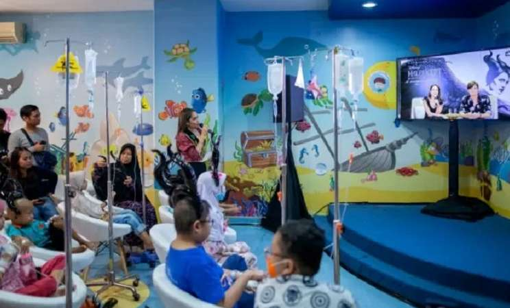 Angelina Jolie dan Sam Riley melakukan panggilan video bersama pasien anak-anak di Rumah Sakit Kanker Dharmais, Kamis (3/10/2019).  - Dok. Disney Indonesia