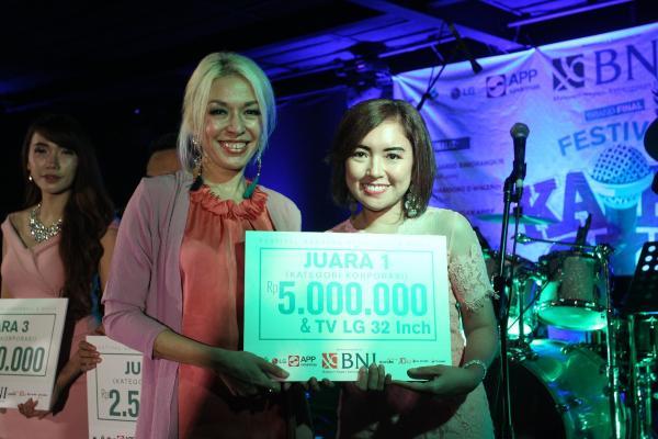 Paula Christie dari PT Duri Rejang tampil sebagai juara Festival Karaoke BUMN, Korporasi dan Media 2019. - Istimewa