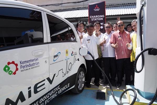 Pengujian kestabilan pengisian daya dari panel surya untuk mobil listrik oleh Mitsubishi. - Bisnis/MMKSI