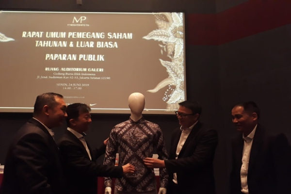 Direktur Utama Mega Perintis Franxiscus Afat Adinata Nursalim (kedua dari kiri) dalam public expose di Jakarta pada Senin (24/6/2019). - Bisnis/Azizah Nur Alfi