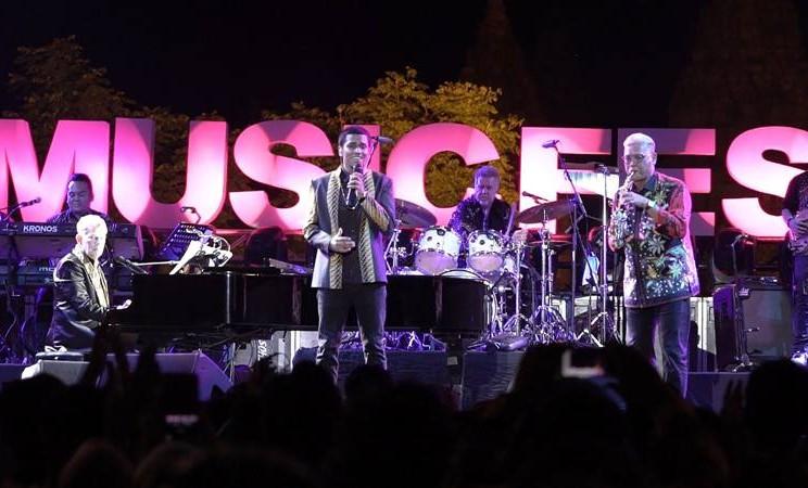 David Foster dan Dirut Bank Jateng Supriyatno berkolaborasi dalam Batik Music Festival di Candi Prambanan. - Istimewa