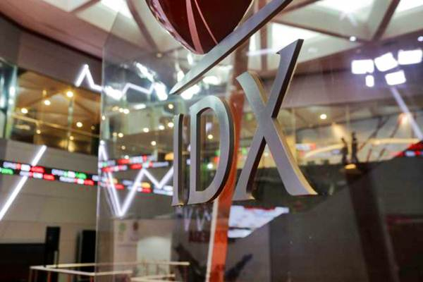 Pengunjung beraktivitas di gedung Bursa Efek Indonesia, Jakarta, Selasa (17/10). - JIBI/Felix Jody Kinarwan