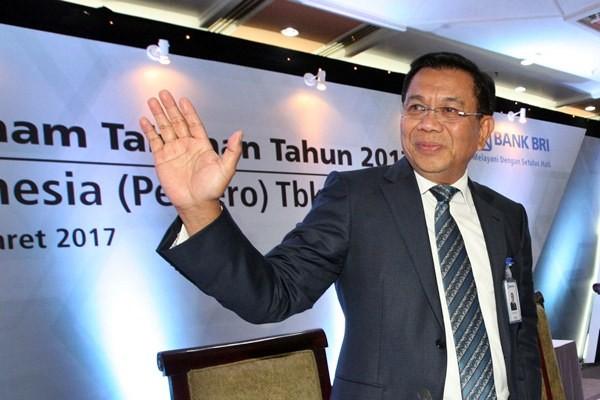 Mantan Direktur Utama PT Bank Rakyat Indonesia Tbk Asmawi Syam melambaikan tangan kepada wartawan seusai rapat umum pemegang saham di Jakarta, Rabu (15/3/2017). - Bisnis/Dedi Gunawan