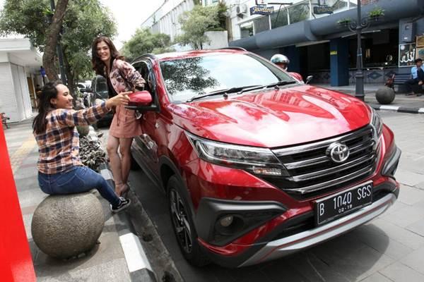 Model berpose bersama mobil Toyota All New Rush. - JIBI/Dedi Gunawan