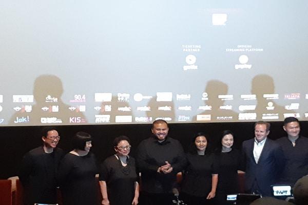 Joko Anwar dan beberapa produser film Perempuan Tanah Jahanam di Epicentrum XXI, Jakarta Pusat pada Kamis (10/10/2019) - Bisnis.com - Ria Theresia Situmorang