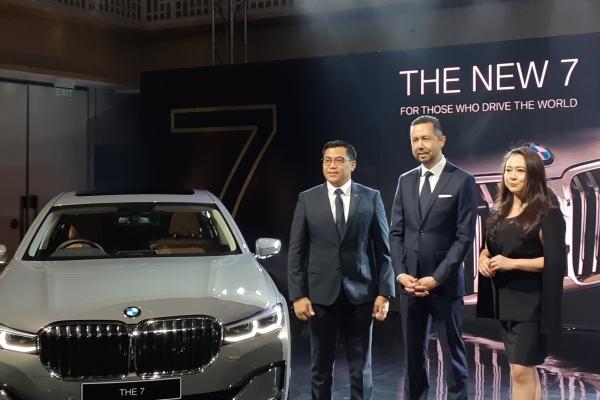 (Dari kiri ke kanan) Vice President of Sales BMW Group Indonesia Bayu Rianto, President Director BMW Group Indonesia Ramesh Divyanathan, Director of Communications BMW Group Indonesia Jodie O'tania. - Bisnis/Ilman A. Sudarwan