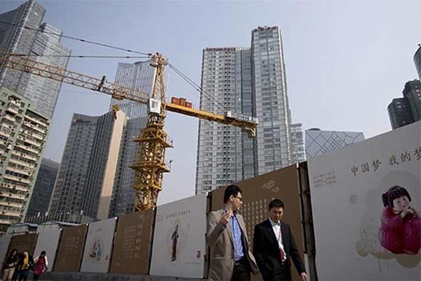 Pejalan kaki tengah berjalan di proyek konstruksi China - Reuters