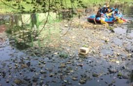 Sungai Cipamokolan Dipenuhi Sampah dari Plastik Hingga Kasur