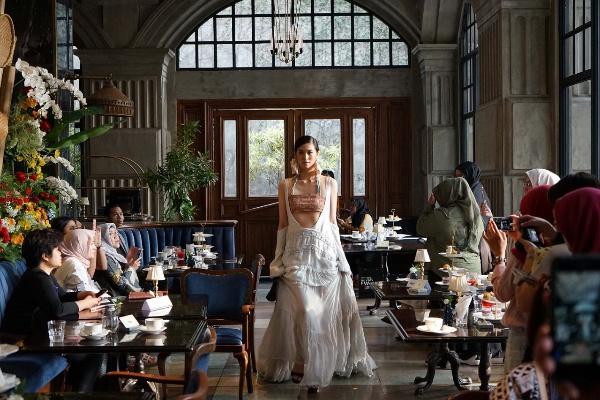 Peragaan Busana Indonesia Fashion Week 2019 menampilkan busana khas budaya Kalimantan - Indonesia Fashion Week