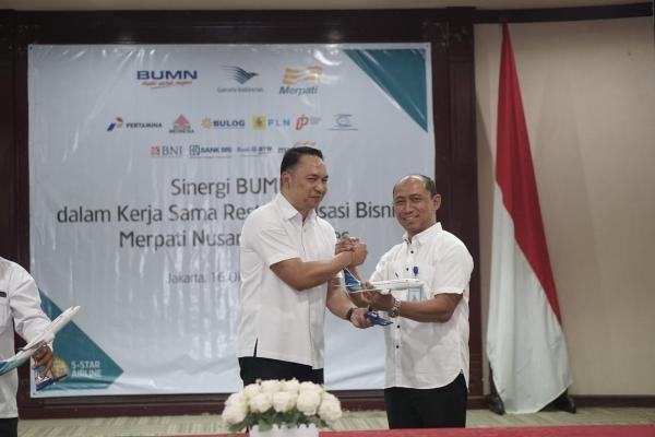 Direktur Utama Garuda Indonesia Ari Askhara bersama Direktur Utama Merpati Airlines Asep Eka Nugraha seusai meneken kerja sama restrukturisasi bisnis di Kementerian BUMN, Rabu (16/10/2019). - Istimewa