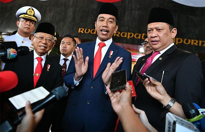 Presiden Joko Widodo (tengah) bersama Wakil Presiden Ma'ruf Amin (kiri) dan Ketua MPR Bambang Soesatyo (kanan) memberikan keterangan kepada wartawan seusai upacara Pelantikan Presiden dan Wakil Presiden periode 2019-2024 di Gedung Nusantara, kompleks Parlemen, Senayan, Jakarta, Minggu (20/10 - 2019).