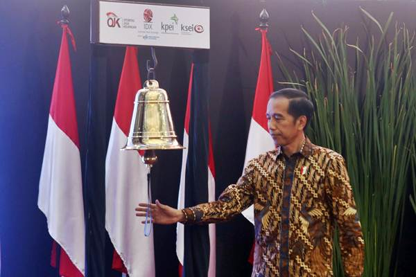 Presiden Joko Widodo bersiap membunyikan lonceng usai Peresmian Penutupan Perdagangan Bursa Efek Indonesia 2018 di Jakarta, Jumat (28/12/2018). - Bisnis/Nurul Hidayat