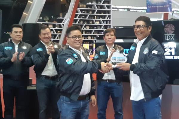 Direktur Utama Digital Mediatama Maxima Budiasto Kusuma menyerahkan cindera mata kepada Direktur Utama Bursa Efek Indonesia Inarno Djajadi setelah resmi mencatatkan saham perseroan dengan kode DMMX di Mainhall BEI, Senin (21/10/2019). - Bisnis/Dwi Nicken Tari