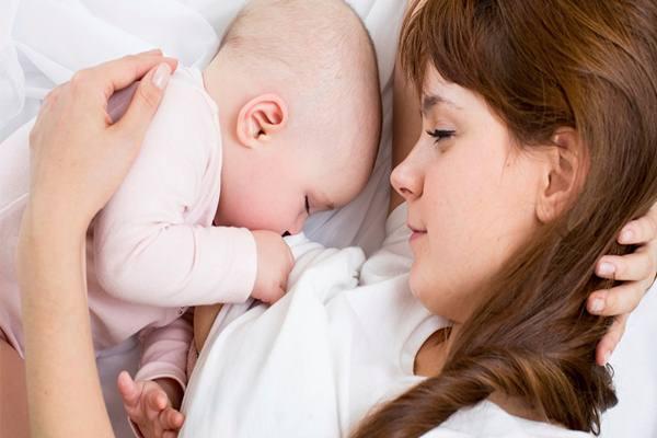 Seorang ibu menyusui bayinya. - Istimewa