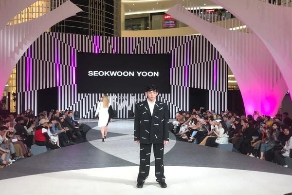 Look produk Seokwoon Yoon dalam acara Jakarta Fashion Week 2020 di Senayan City, Jakarta pada Selasa (22/10 - 2019) / Dok. Kocca Indonesia