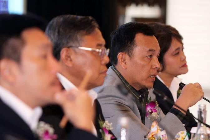 Direktur Utama PT PP Properti Tbk Taufik Hidayat (kedua kanan) menjawab pertanyaan wartawan, usai rapat umum pemegang saham tahunan perseroan, di Jakarta, Rabu (10/4/2019). - Bisnis/Endang Muchtar