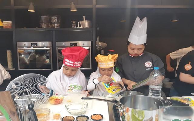 Kegiatan masak bersama anak-anak didampingi oleh chef muda dari Association of Culinary Professionals Indonesia di Jakarta, Rabu (23/10)  -  Bisnis/Syaiful M
