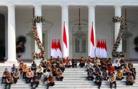 Makna Jokowi Duduk di Tangga Istana Perkenalkan Menteri Kabinet Indonesia Maju