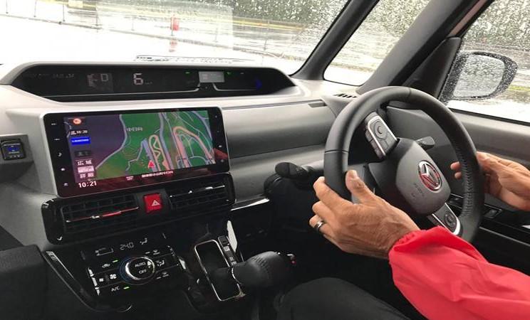 Daihatsu Tanto yang menggunakan teknologi smart assist plus tengah melakukan test drive di Fuji Speedway, Jepang. JIBI/Bisnis - M. Abdi Amna