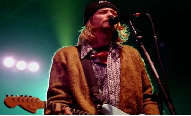 Kurt Cobain memakai kardigan.  - Antara