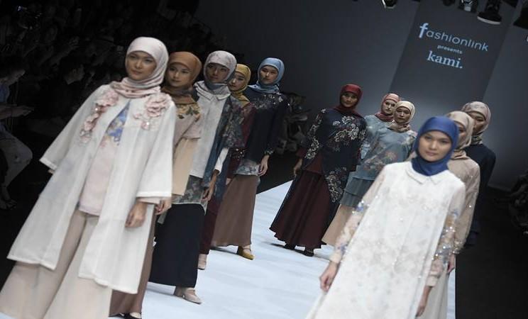 Model mengenakan busana rancangan Kami (Kami Idea) pada Jakarta Fashion Week 2020 di Senayan City, Jakarta, Senin (28/10/2019). - Antara