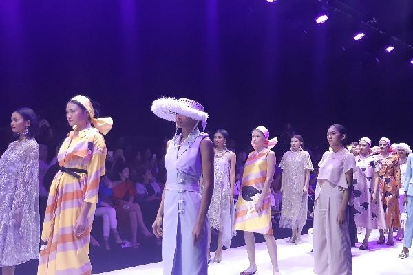 Rancangan busana dari desainer/desainer di Indonesia bisa disewa melalui Rentique. Harga sewa yang ditawarkan oleh Rentique sangat bervariasi, dimulai dari harga Rp80.000 per potong pakaian. Novita Sari Simamora