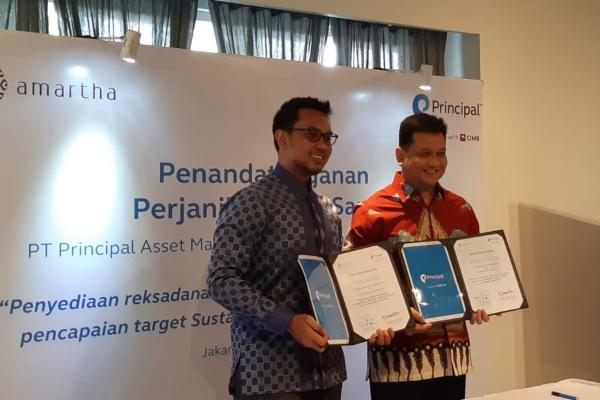 CEO Amartha Mikro Fintek Andi Taufan Garuda Putra (kiri) bersama CEO Principal Asset Management Agung Budiono setelah menandatangani kerjasama penyediaan reksa dana lewat platform Amartha di Jakarta, Rabu (30/10/2019). - Bisnis/Dwi Nicken Tari