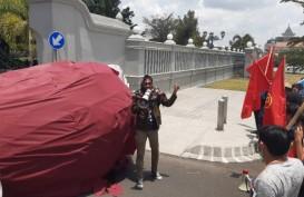 Protes UMK-UMP, Buruh Taruh Telur Raksasa di Gerbang Kepatihan