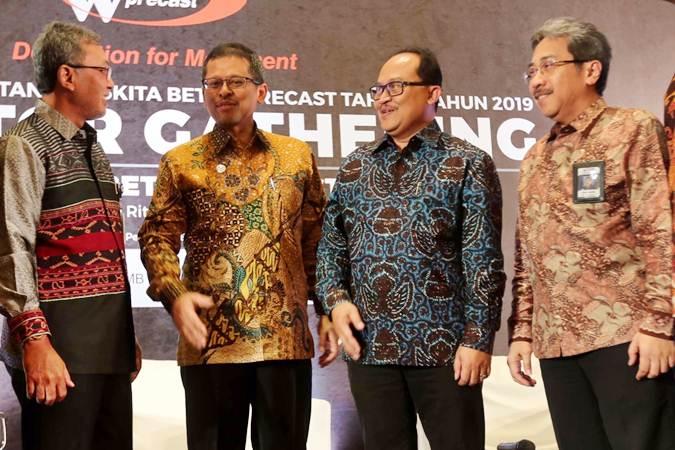 Direktur Utama PT Waskita Beton Precast Tbk (WSBP) Jarot Subana (kedua kanan) berbincang dengan Komisaris Utama Fery Hendriyanto (kedua kiri), Direktur Anton Y Nugroho (kiri) dan Direktur Munib Lusianto di sela-sela jumpa pers, di Jakarta, Kamis (13/6/2019). - Bisnis/Nurul Hidayat