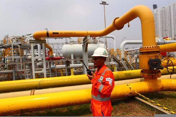 Petugas bersiap di area Onshore Receiving Facility (ORF) Muara Karang Jakarta, Senin (11/9). PT Nusantara Regas, anak perusahaan PT Pertamina (Persero) dan PT Perusahaan Gas Negara (Persero) Tbk. membangun Meter Gas Muara Karang Peaker untuk optimalisasi pasokan ke pembangkit baru PJB Muara Karang Peaker 500 MW. - JIBI/Dwi Prasetya