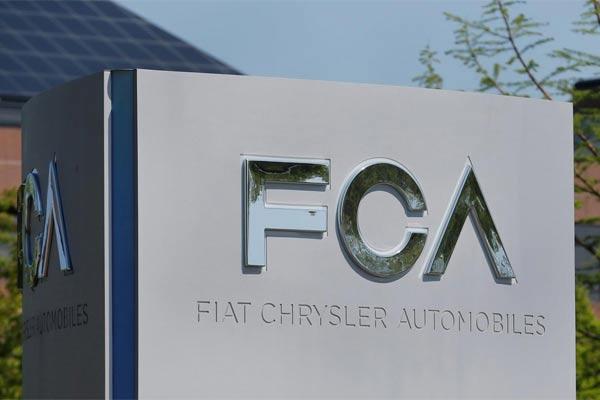 Simbol Fiat Chrysler Automobiles (FCA) tampak di kantor pusat di Auburn Hills, Michigan, AS, 25 Mei 2019. - Reuters
