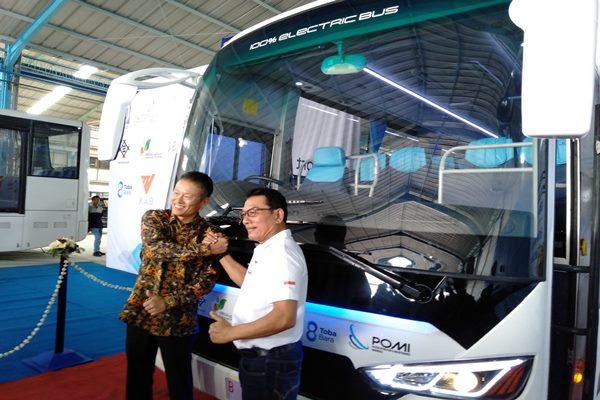 Founder PT MAB Moeldoko menggunting pita usai menyerahkan Bus Listrik MAB 12E NF kepada PT Paiton Energy